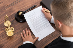 De Rechtszaal van rechtersreading paper in Stock Foto's