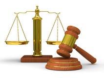 De rechtvaardigheid en de hamer van schalen op witte achtergrond Royalty-vrije Stock Afbeeldingen