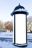De reclame of de informatie van de modelstraat kolomtribune op stoep bij de winter Royalty-vrije Stock Foto