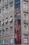De reclame van affiche op wolkenkrabber stock foto's
