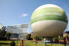 De reclame van ballon die in Hamburg bezienswaardigheden bezoeken Stock Foto