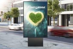 de reclame van de honingsmaan marketing aanplakbord op stadsstraat Royalty-vrije Stock Foto's