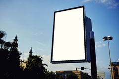 De reclame van omhoog onechte lege banner in metropolitaanse stad bij mooie zonnige dag Stock Afbeelding