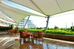 De recreatiestoelen op terras bij luxehotel Stock Foto's