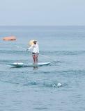 De redder op de reddingsboot let op de deelnemers van jaarlijks t stock afbeeldingen