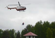 De redding van de redder van helikopter BO-105 van Tsentrospas EMERCOM van Rusland bij de opleidingsgrond van Noginsk aangaande Stock Foto