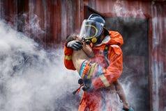 De Redding van de noodsituatiebrand de opleiding, Brandbestrijders redt de jongen van bu stock afbeeldingen