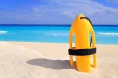 De reddingsboei van Baywatch geel op tropisch strand Stock Afbeelding