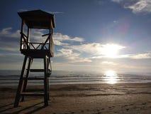 De reddingsbrug op het strand in de zonsondergang royalty-vrije stock afbeeldingen