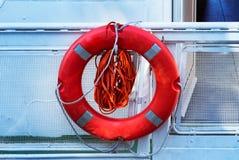 De reddingscirkel hangt aan boord van het jacht, een rode cirkel met kabels om de drenkeling te redden royalty-vrije stock afbeelding