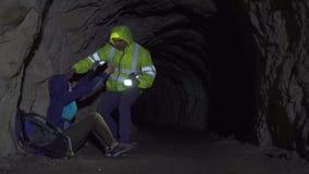 De reddingsvrijwilliger, redt een verloren toerist in een hol stock footage