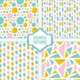 De reeks, de inzameling van vier kleurrijke abstracte vormen en de borstel strijken naadloze patroonachtergrond Stock Afbeeldingen