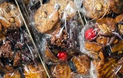 De reeks Franse verpakte snoepjes legt op de teller stock afbeeldingen