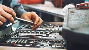 De reeks hulpmiddelen voor reparatie in de autodienst, sluit omhoog stock afbeelding