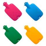 De reeks multi-colored medische warm waterflessen met het diverse golf trekken op een oppervlakte vulde met water Stock Foto's