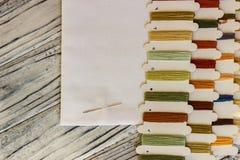 De reeks multicolored draden voor het naaien en het borduren op streeft na royalty-vrije stock afbeeldingen
