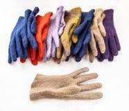 De reeks nieuwe divers felted handschoenen op grijs stock foto's