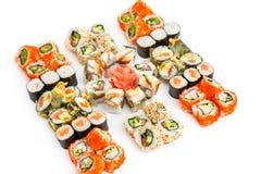 De reeks Sushi rolt, met schaduwen en bezinning over een witte backgr Stock Foto