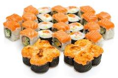 De reeks Sushi rolt, met schaduwen en bezinning over een witte backgr Royalty-vrije Stock Foto