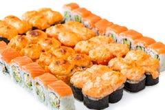 De reeks Sushi rolt, met schaduwen en bezinning over een witte backgr Royalty-vrije Stock Fotografie