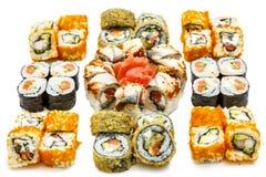 De reeks Sushi rolt, met schaduwen en bezinning over een witte backgr Stock Afbeeldingen