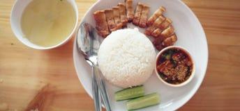 De reeks van Chinees de rijstvet van het stijl knapperig varkensvlees met rijst dient met soep, bijgerecht en onderdompelende sau royalty-vrije stock foto