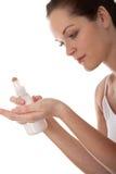 De reeks van de lichaamsverzorging - Jonge vrouw met lotion Stock Afbeelding