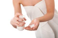 De reeks van de lichaamsverzorging - Vrouwelijke handen die lotion toepassen Royalty-vrije Stock Foto's