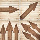 De reeks van donkere bruine houten pijl is op muur Stock Fotografie