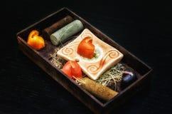De reeks van het kuuroord Hart gevormde kaarsen, in bruine doos stock afbeelding