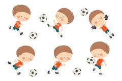 De reeks van het voetbaljonge geitje Leuke Kaukasische jongens speelvoetbal in rode en blauwe eenvormige sport Keeper die een voe royalty-vrije illustratie