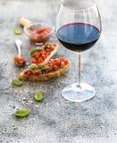 De reeks van het wijnvoorgerecht Glas rode wijn, brushettas stock afbeelding
