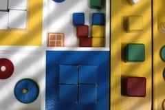 De reeks van kinderen houten blokken en ringen voor de vaardigheden die van de ontwikkelingsmotor in het originele licht denken Stock Fotografie