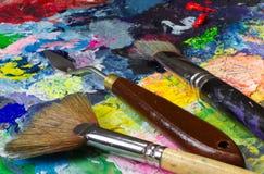 De reeks van kunsthulpmiddelen: paletmes en borstels Royalty-vrije Stock Foto
