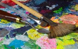 De reeks van kunsthulpmiddelen: paletmes en borstels Stock Afbeelding