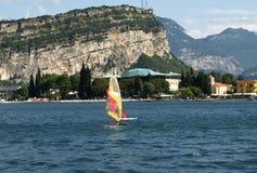 De reeks van landschappen - branding op Garda meer, Italië stock afbeelding