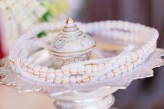 De reeks van materiaal om boeddhismewijwater in godsdienst te maken viert Boeddhistische viering stock fotografie