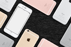 De reeks van multicolored vlakte van Apple iPhones 6s legt hoogste mening ligt op bureau met exemplaarruimte Stock Afbeeldingen