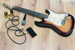 De reeks van muziek heeft microfoon correct effect met zonnestraal elektrische gitaar bezwaar Stock Foto
