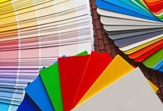 De reeks van open Pantone/RAL kleurt kaarten op bamboemat Stock Foto's