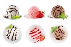 De reeks van roomijslepels van zes verschillende kleuren, verfraaide chocoladesaus, munt, aardbei stock foto