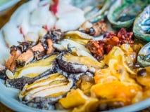 De reeks van ruwe zeevruchten diende aan klant die klaar om in ruw te eten Stock Fotografie