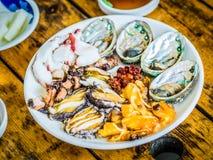 De reeks van ruwe zeevruchten diende aan klant die klaar om in ruw te eten Royalty-vrije Stock Foto