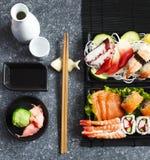 De reeks van sushi Verschillende sashimi, sushi en broodjes Stock Afbeelding