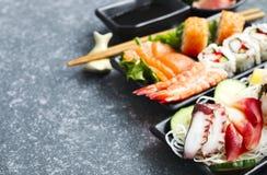 De reeks van sushi Verschillende sashimi, sushi en broodjes Stock Foto's