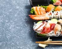 De reeks van sushi Verschillende sashimi, sushi en broodjes Royalty-vrije Stock Fotografie