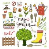 De reeks van tuinhulpmiddelen met zaadpakketten, boom en gieter Vectorkrabbelelementen Royalty-vrije Stock Afbeelding