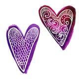 De reeks van twee overhandigt de getrokken purpere harten van de waterverfverf met krabbels wit patroon vector illustratie