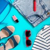 De reeks van vrouwelijke de zomer kleding lucht, vlakte lag Stock Foto
