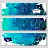 De reeks vectormalplaatjebanners met waterverf schildert abstracte hand getrokken mandalas als achtergrond en krabbel Royalty-vrije Stock Afbeeldingen